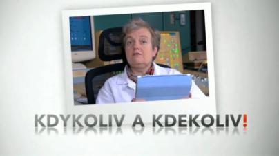 Dana Drábová sleduje iVysílání na svém tabletu
