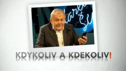 Karel Šíp sleduje ČT24 na svém chytrém telefonu