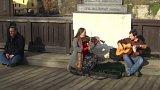 Český Krumlov chce regulovat pouliční umění