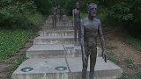 Poničený pomník obětem holocaustu
