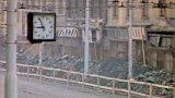Odstřel bloku domů kvůli stavbě stanice metra Lidická (1980)