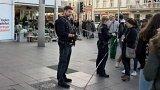 Policie v Německu postřelila muže, který vjel autem na pěší zónu