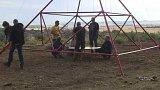 Plastika vrtule na kopci v obci Ořech