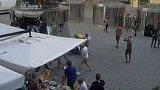 Policie zadržela útočníky, kteří napadli číšníka v centru Prahy