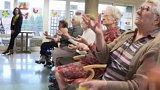 Domov důchodců připravující se na cirkusové vystoupení