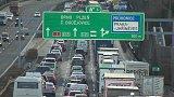 Smrtelná nehoda ráno zablokovala dálnici D1 u Průhonic ve směru na Brno.