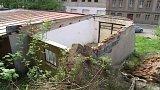 Kdo zaplatí opravu zdemolované garáže v Úpici na Trutnovsku?