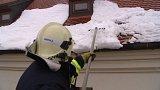 Přišla obleva, ze střech padá sníh a led