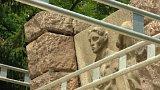 Pozůstalé po obětech heydrichiády zaskočila oprava památníku v době piety
