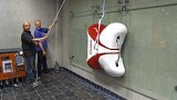 Liberecká Technická univerzita představila robota, který dokáže lézt po hladkých stěnách