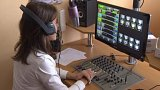 Luže si pořídila místo amplionů vlastní rádio