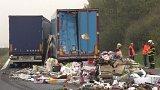 Dálnici D5 uzavřela u Hořovic nehoda čtyř kamionů, jeden člověk zemřel.