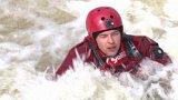 Hasiči cvičí na řece Úpě na Náchodsku