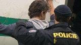 12 squatterů museli policisti vyvést z pražské usedlosti Cibulka