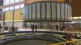 Dva obří jeřáby instalovaly 300 tun vážící rotor v Dalešicích