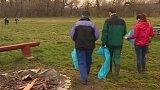 Dobrovolníci čistí břehy řeky Moravy