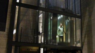 Uvězněn ve výtahu