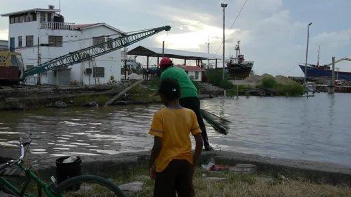 Rybáři na stavidle