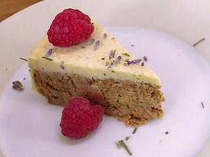 Ořechovo-mrkvový raw dort skešu-citronovou polevou