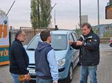 Pan režisér vysvětluje složitosti mytí aut,