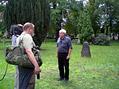 Na berlínském hřbitově Invalidenfriedhof. Historik Jaroslav Čvančara stojí na místě, kde byl 9. června 1942 pohřben Reinhard Heydrich.