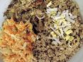 Seitan s�du�enou petr�el� a�hl�vou �st�i�nou, kulatozrnn� r�e s ln�n�m sem�nkem, mrkvov� sal�t a�syp�n� z�pra�en�ho sezamu