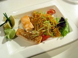 Pečený losos s limetkou a pórkovým salátem