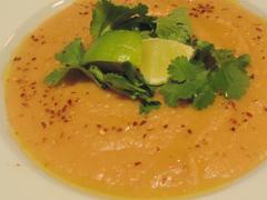 Polévka z batátů s buráky, kokosem a limetovou šťávou
