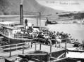 Parník Franz Josef I. přiváží výletníky doštěchovického přístaviště (1910).