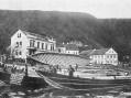 Štěchovice byly proslulé také výrobou různých říčních plavidel. Loděnice nalevém břehu, kterou poroce 1870 založili bratři Jan aFrantišek Chroustovi, začínala spramicemi, ale později se tady vevelkém stavěly až padesátimetrové šífy.
