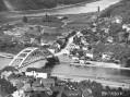 Generálním projektantem mostu, který dodnes patří kpozoruhodným dílům našeho mostního stavitelství, byl Miroslav Klement. Stavba začala ještě zaprvní republiky, neokázalé otevření se uskutečnilo nazačátku protektorátu, vkvětnu 1939.