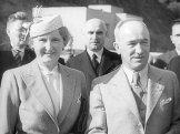 President Beneš smanželkou Hanou přinávštěvě zdymadla veVraném nadVltavou