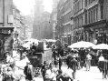 Nejstarší film z Prahy (1911) Pohled zUhelného trhu naHavelskou ulici akostel sv.Havla. Vpopředí poštovní vůz