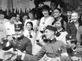 Výjev z dobročinné slavnosti Červeného kříže v Riegrových sadech, uspořádané ve prospěch válečných vdov a sirotků (srpen 1915)