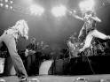 Led Zeppelin live, zleva Robert Plant, John Paul Jones a Jimmy Page, 1975