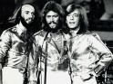 Bee Gees live, zleva Maurice, Barry a Robin Gibbové, 2. pol. 70. let