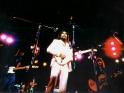 Concert For Bangladesh, vpředu George Harrison, vzadu vpravo Eric Clapton, 1971