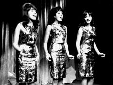 The Ronettes, zleva Estelle Bennett, Ronnie Bennett, Nedra Talley, 1965