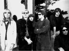 Velvet Underground, zleva Nico, výtvarník Andy Warhol, dále Maureen Tucker, Lou Reed, Sterling Morrison, John Cale, cca 1966