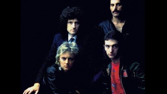 Queen, dole zleva Roger Taylor a John Deacon, nahoře Brian May a Freddie Mercury, 1. pol. 80. let