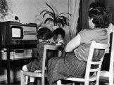Rodina u televize v roce 1955