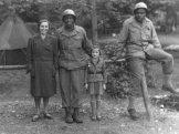 Moje babička s mamkou s americkými vojáky