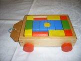 Dřevěná stavebnice ve vozíčku