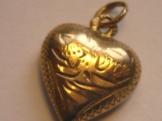 Zlaty privesek ve tvaru srdicka