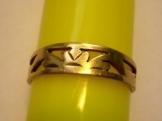 Zlaty prstynek s gravirovanim