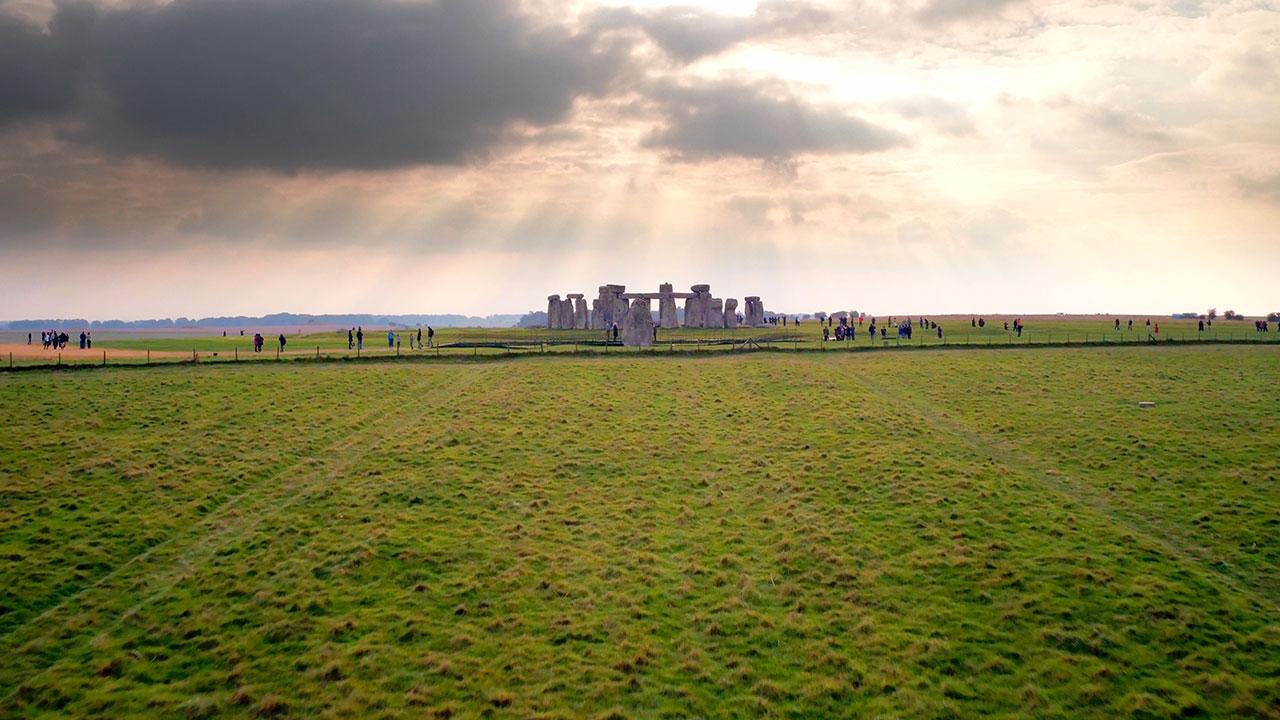 Do Británie se po 60 letech vrátil kus kamene ze Stonehenge.